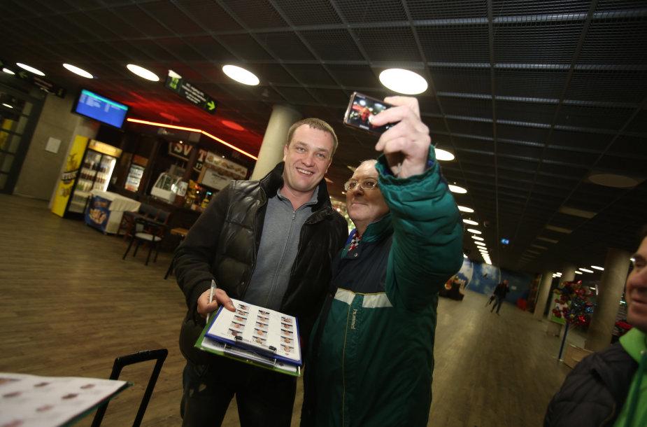 Kauno oro uoste krepšininkus pasitiko parašų rinkėjai