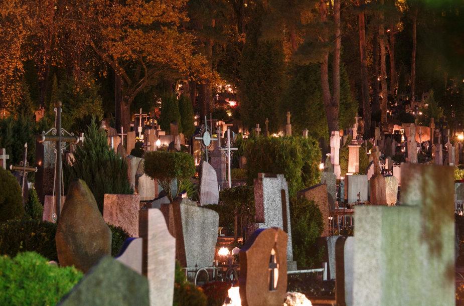 Žvakių šviesa kapinėse