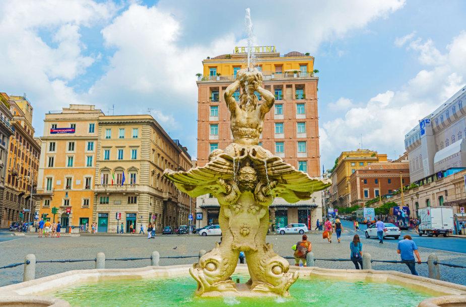 Turistai prie Tritono fontano Barberinio aikštėje Romoje