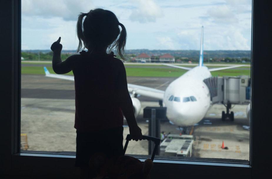 Mergaitė oro uoste