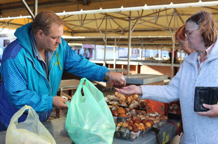 Šventojiškis Augis penktadienį Klaipėdos Senajame turguje už indelį grybų prašė nuo 1 iki 3 eurų.