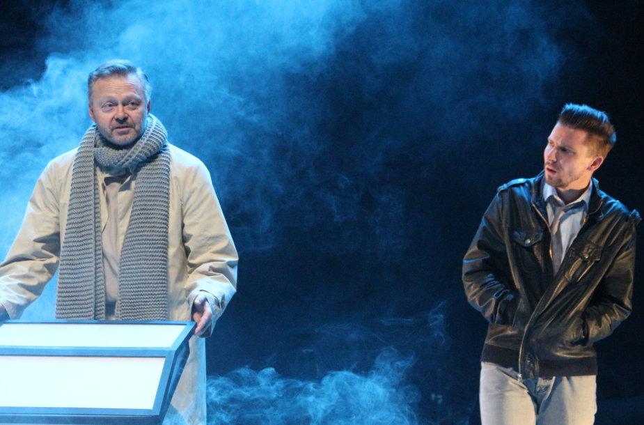 """Scena iš Klaipėdos dramos teatro spektaklio """"Pašaliniams draudžiama"""", pagal Gintaro Grajausko pjesę. Režisierius – Oskaras Koršunovas."""