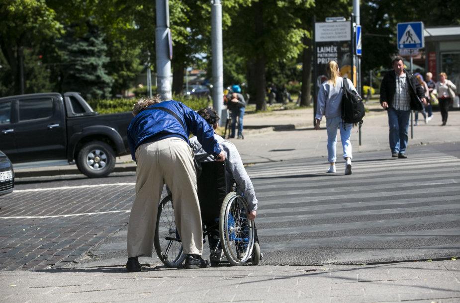 Eksperimentas: neįgaliojo kelionė per autobusų, geležinkelio stotis