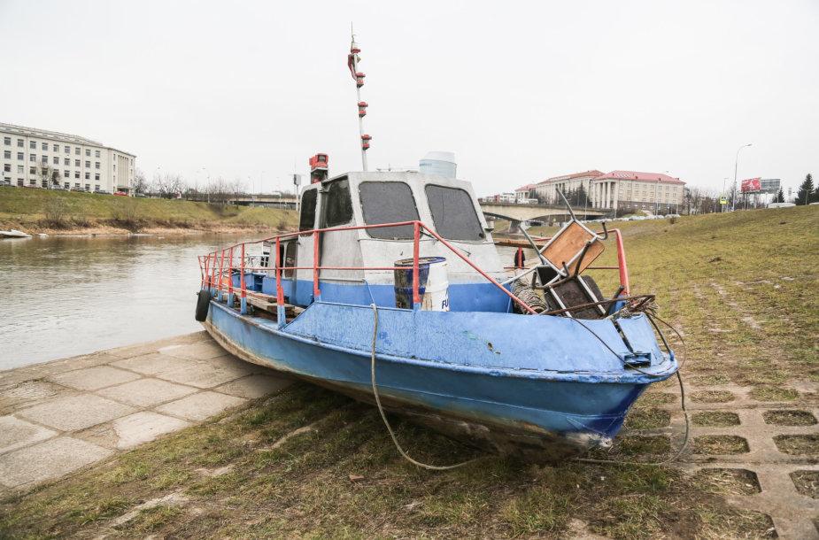 Vilniuje ant Neries kranto išmestas laivas