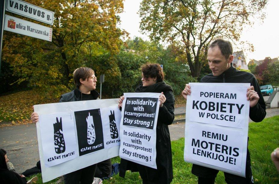 """Vilniuje vyko solidarumo su Lenkijos moterimis akcija """"Juodasis pirmadienis"""""""