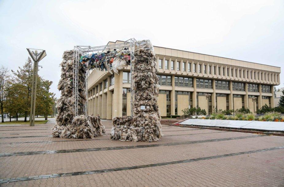 """Prie Seimo – """"Triumfo arka"""" iš šiukšlių maišų"""