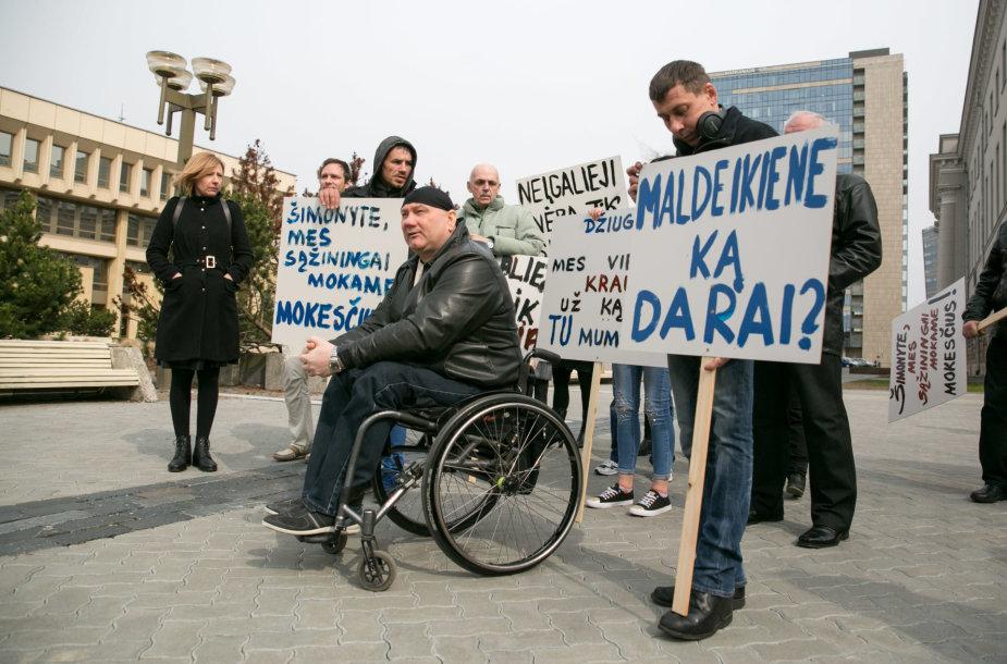 Lietuvos socialinėse įmonėse dirbantys neįgalieji surengė įspėjamąjį mitingą prie Seimo