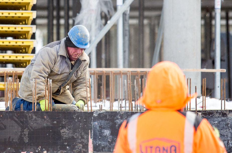 Statybininkai dirba net ir spaudžiant šalčiams