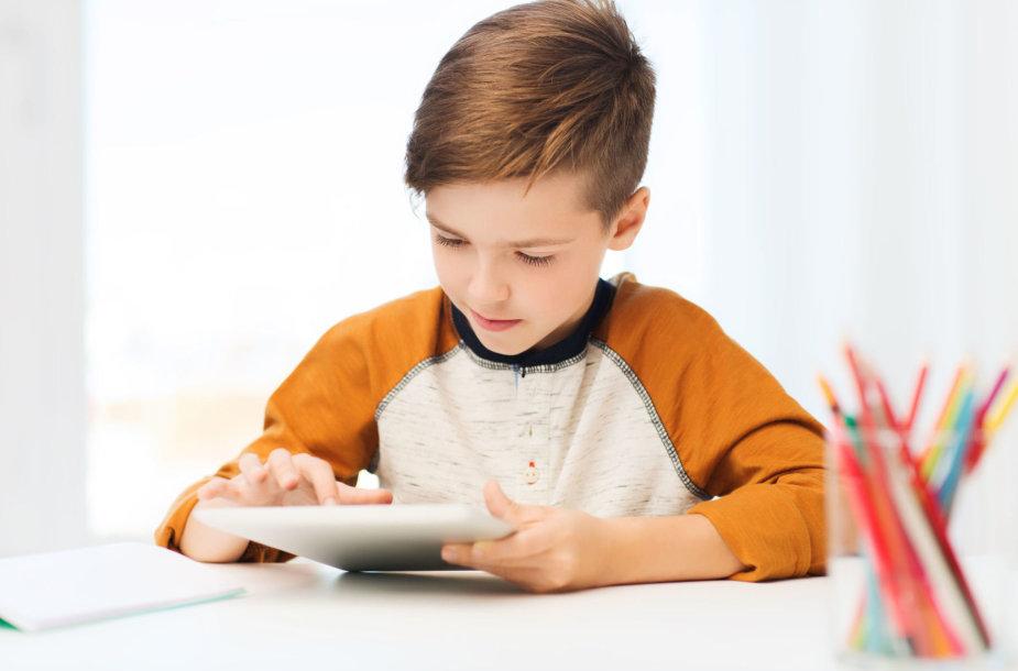Berniukas su kompiuteriu