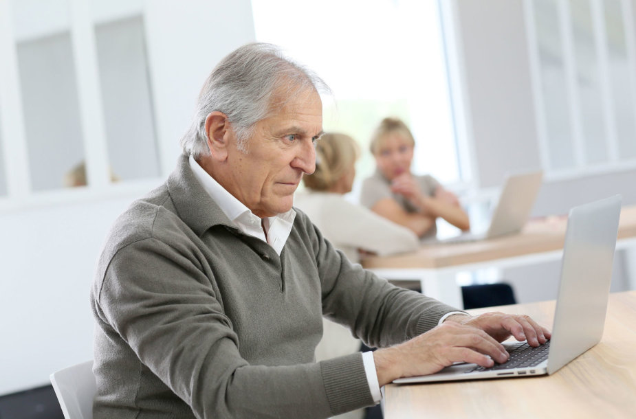Senjoras su kompiuteriu