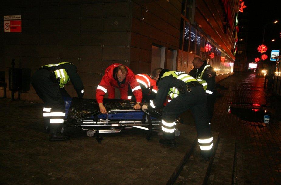 Medikai su policijos pagalba gabena gatvės miegalius į ligoninę
