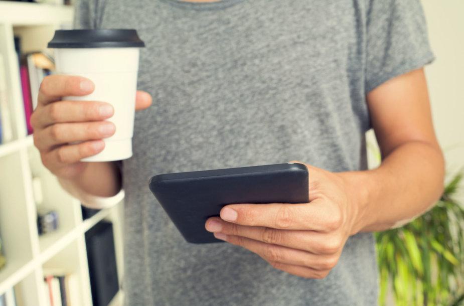 Vyras su kava išsinešimui