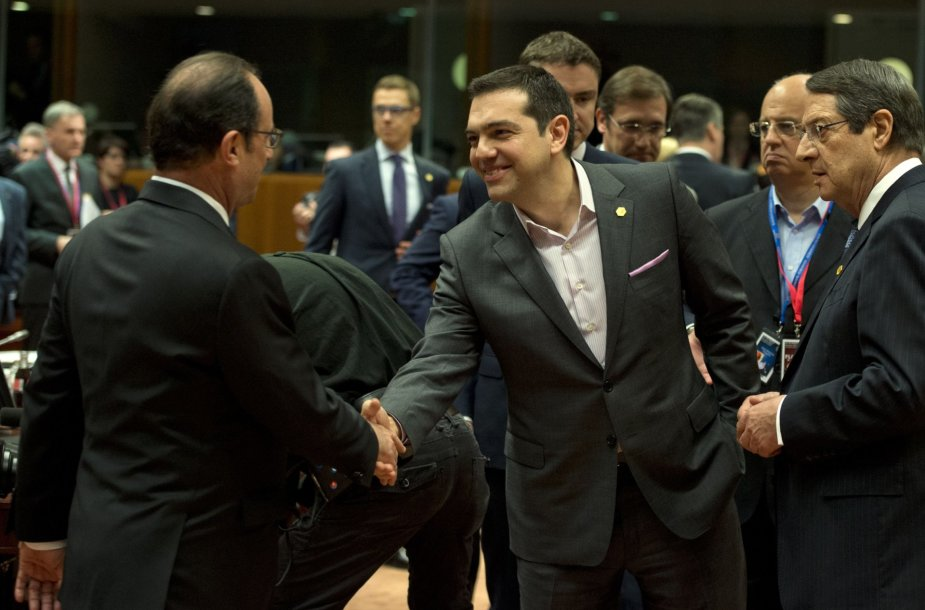 Aleksis Cipras sveikinasi su ES lyderiais.