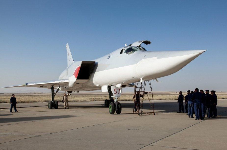 Rusų bombonešis Tu-22M3 Hamadano oro bazėje Irane