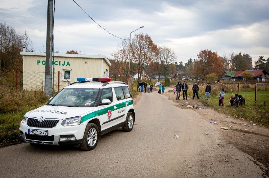 Vilniaus čigonų tabore dygsta naujos tvoros ir statiniai