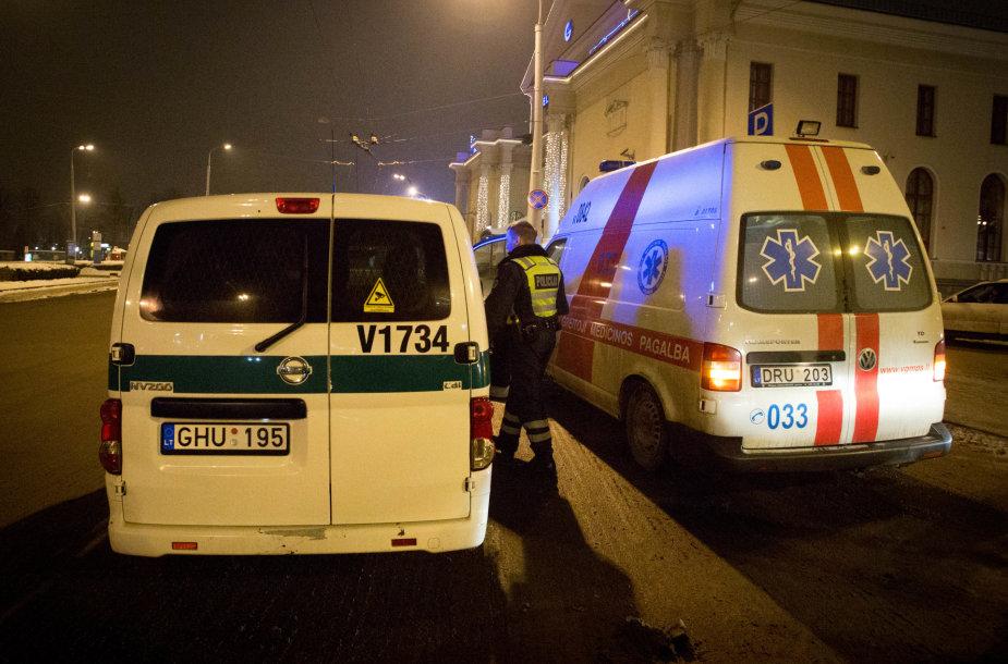 Pacientas iš psichiatrinės spardė medikų automobilį
