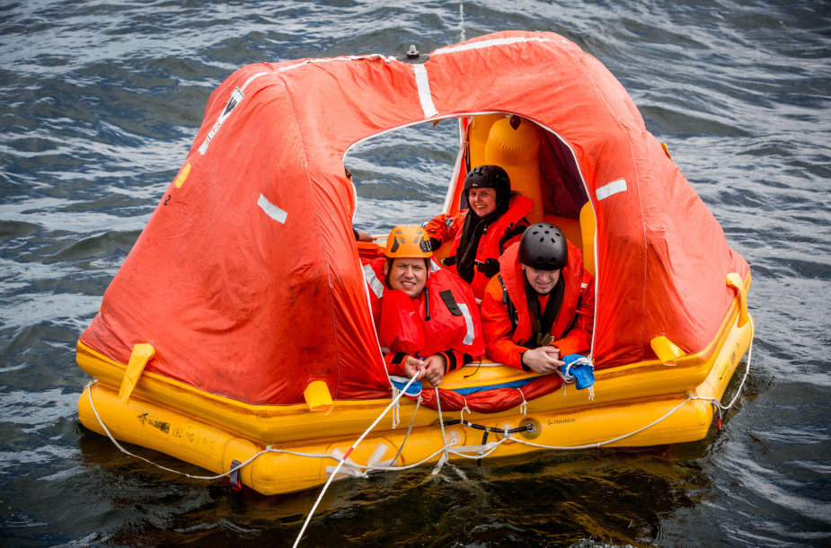 Pilotės baigė išgyvenimo jūroje kursą