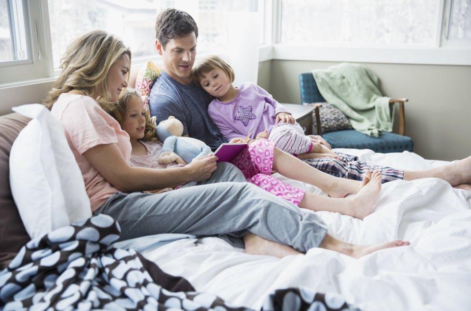 Šeima skaito knygą drauge