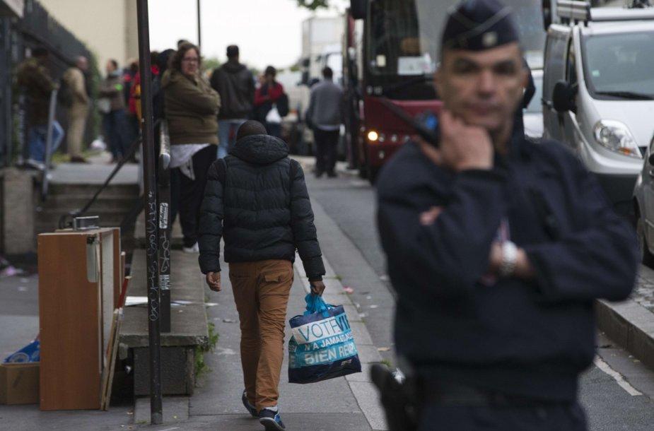 Prancūzijos policija likvidavo migrantų stovyklą Paryžiuje