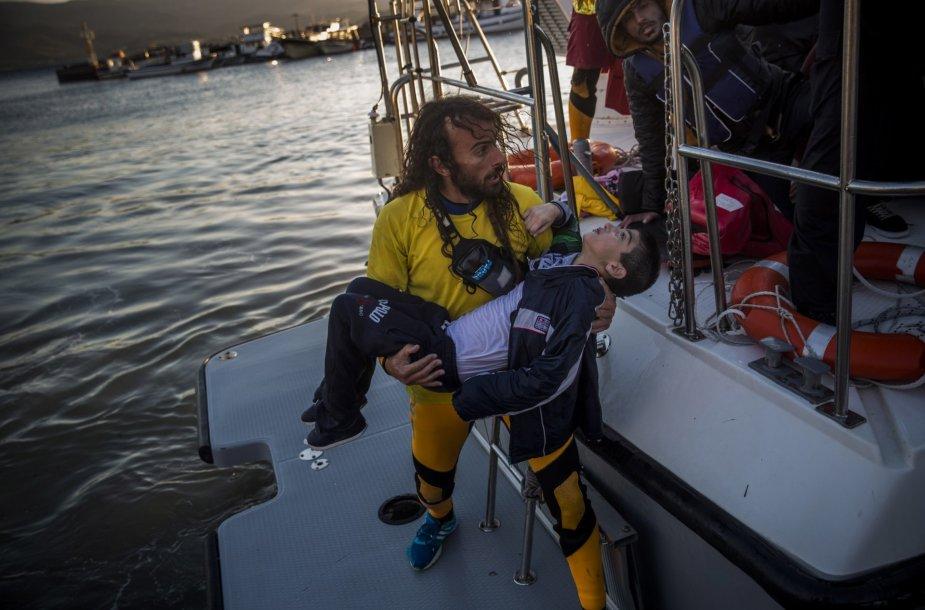Gelbėtojai gelbėja žmones iš skęstančio laivo