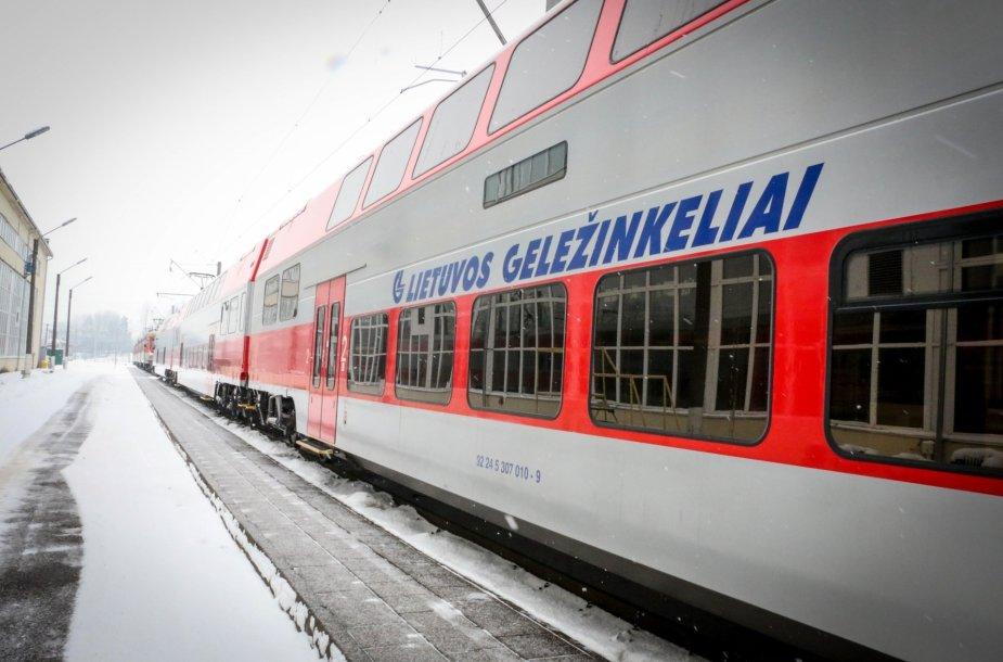 Elektrinis traukinys pasiekia 120 km/h greitį