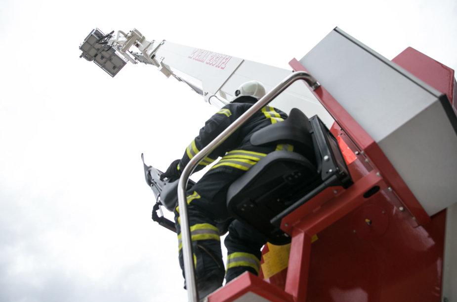 Ugniagesių automobilinės kopėčios-keltuvas