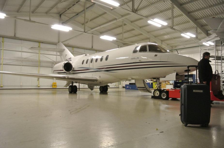 """""""Charter Jets"""" angaras Vilniaus oro uoste. Šiuo lėktuvu iš Paryžiaus atgabenta donoro širdis."""