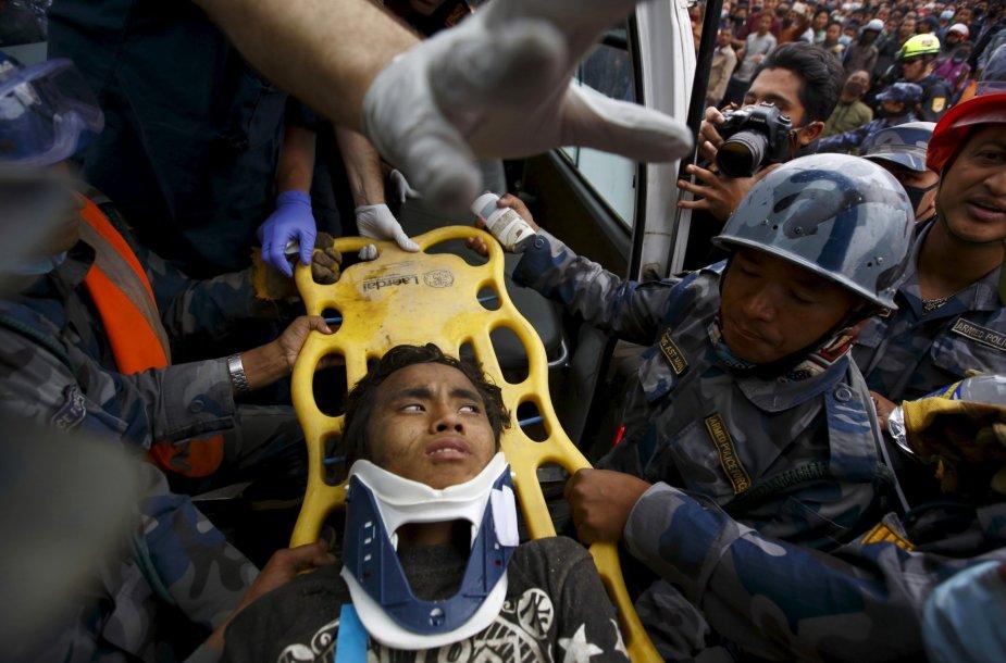 Žemės drebėjimą Nepale išgyvenęs paauglys.