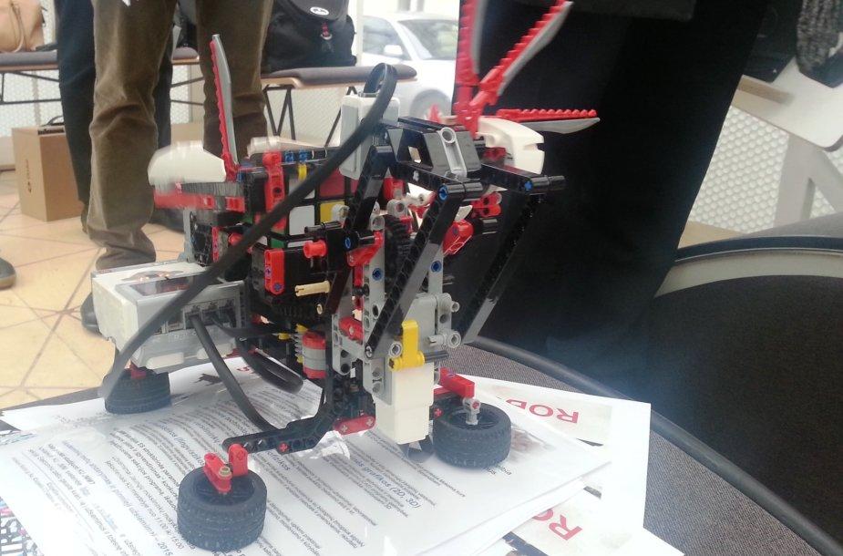 Elektroautobusas ir robotas jau keliauja prie Klaipėdos mokyklų.