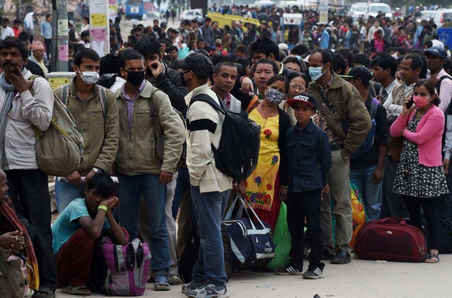 Nepalo sostinę bando palikti naujų požeminių smūgių bijantys žmonės.