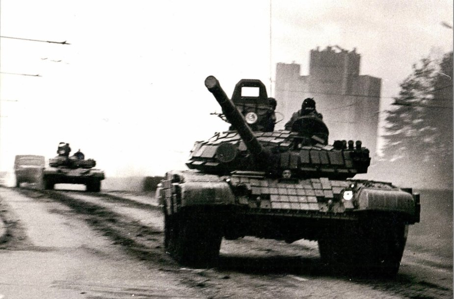 1991 m. sausio 12 d. sovietiniai tankai Vilniuje prie Spaudos rūmų