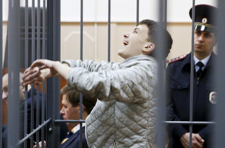Gegužės 6 diena. Rusijoje kalinama Nadežda Savčenko juokiasi klausydamasi teismo pareiškimų