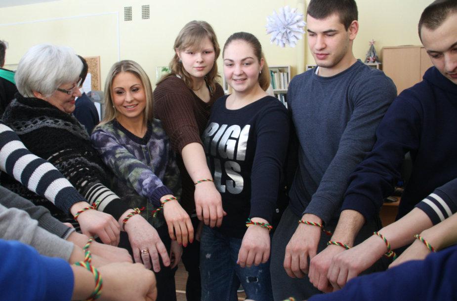 Olimpinė čempionė L. Asadauskaitė kartu su gimnazistais pasipuošė trispalvėmis apyrankėmis