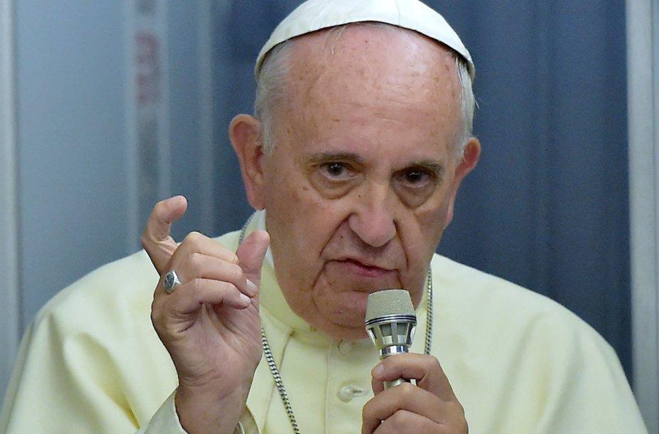 Popiežius Pranciškus kalba žurnalistams grįžtant iš apaštališkos kelionės