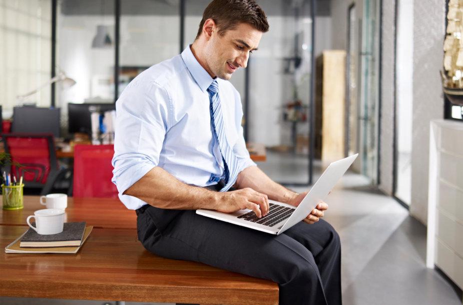 Vyras dirba kompiuteriu