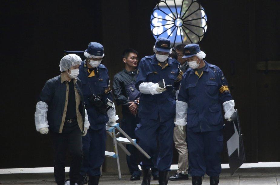 Pareigūnai prie Jasukunio šventyklos