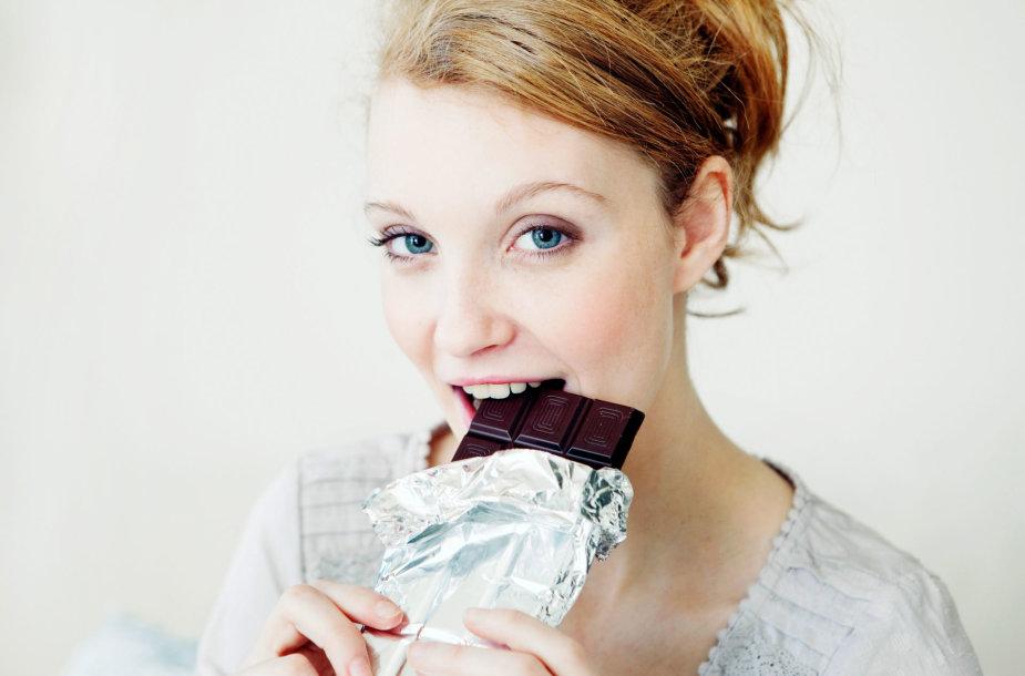 Moteris valgo šokoladą
