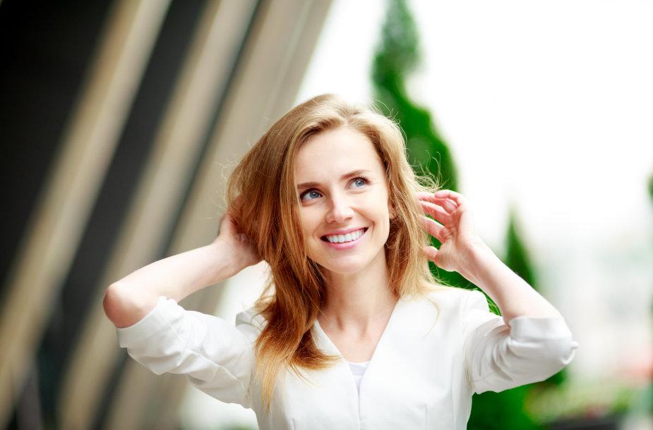 Moteris gražiais plaukais