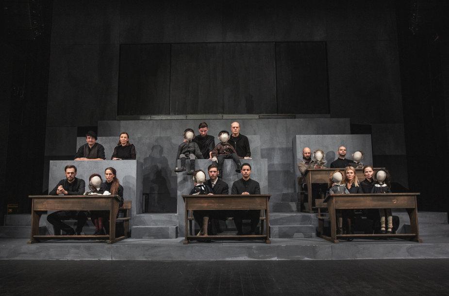 "Oskaras Koršunovas Klaipėdos dramos teatre stato spektaklį ""Mūsų klasė""."