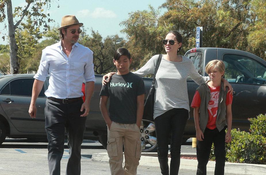 Bradas Pittas ir Angelina Jolie su sūnumi Paxu ir dukra Shiloh