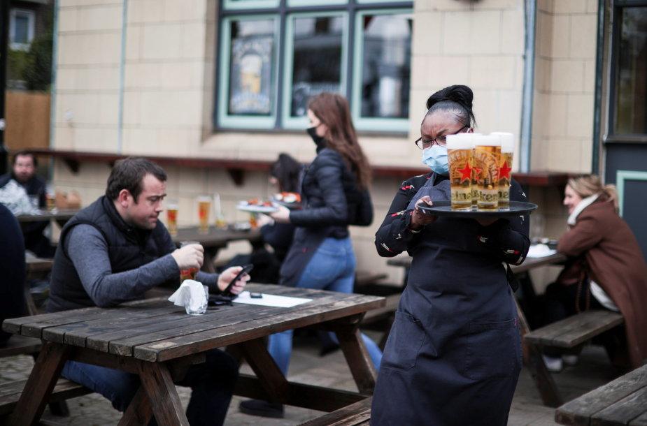 Nuo pirmadienio Anglijos alinės ir restoranai gali priimti klientus lauke