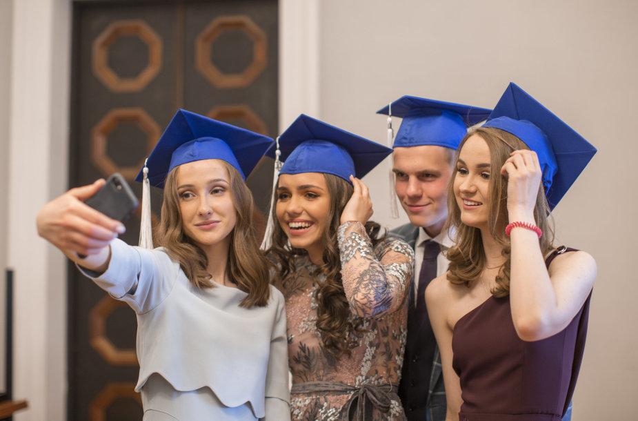 Tarptautinio bakalaureato diplomo programos išskirtinumas ir aukštas vertinimas: kodėl IB diplomas pasiekiamas tiems, kas įdedama pakankamai pastangų