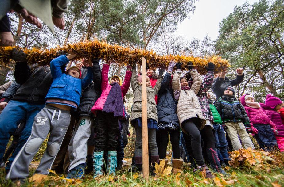 Būrys vaikų Vilniuje siekė rudeniško Lietuvos rekordo – pynė ilgiausią margų lapų pynę