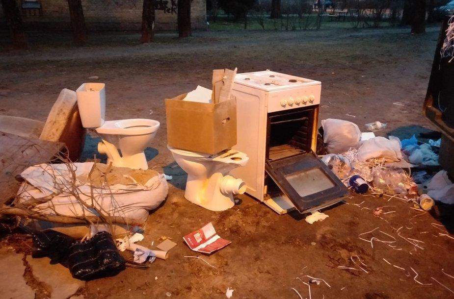 Išmesti klozetai ir baldai Vilniaus Žygio gatvėje