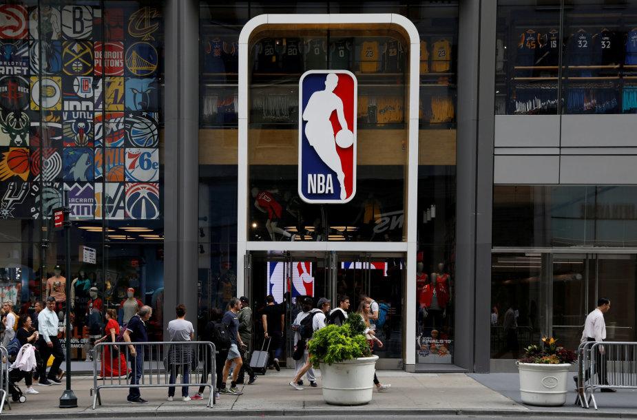 NBA logotipas ant parduotuvės Niujorke
