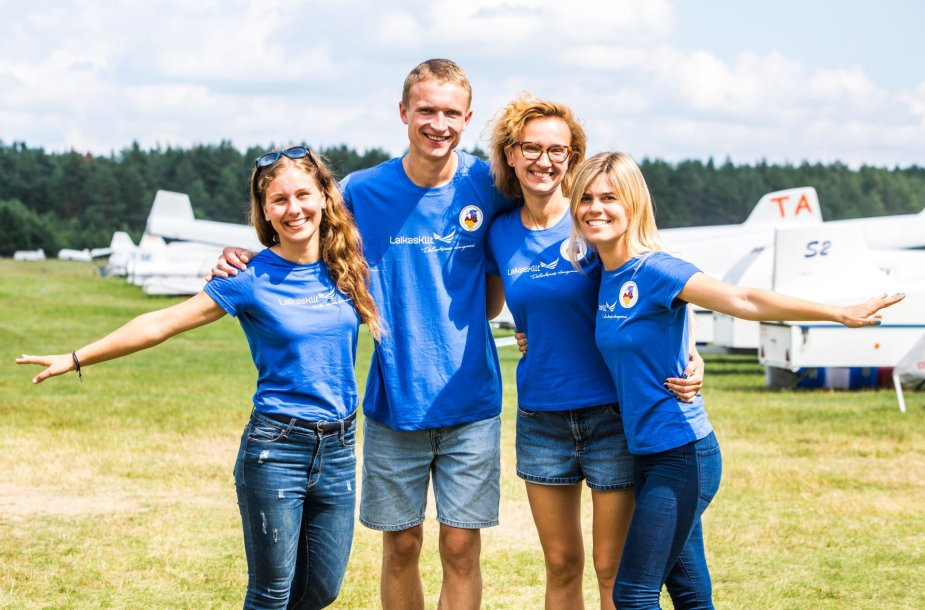 """Sėkmingai startavo istorinis skrydis """"Drauge sklandytuvais virš Baltijos šalių"""""""