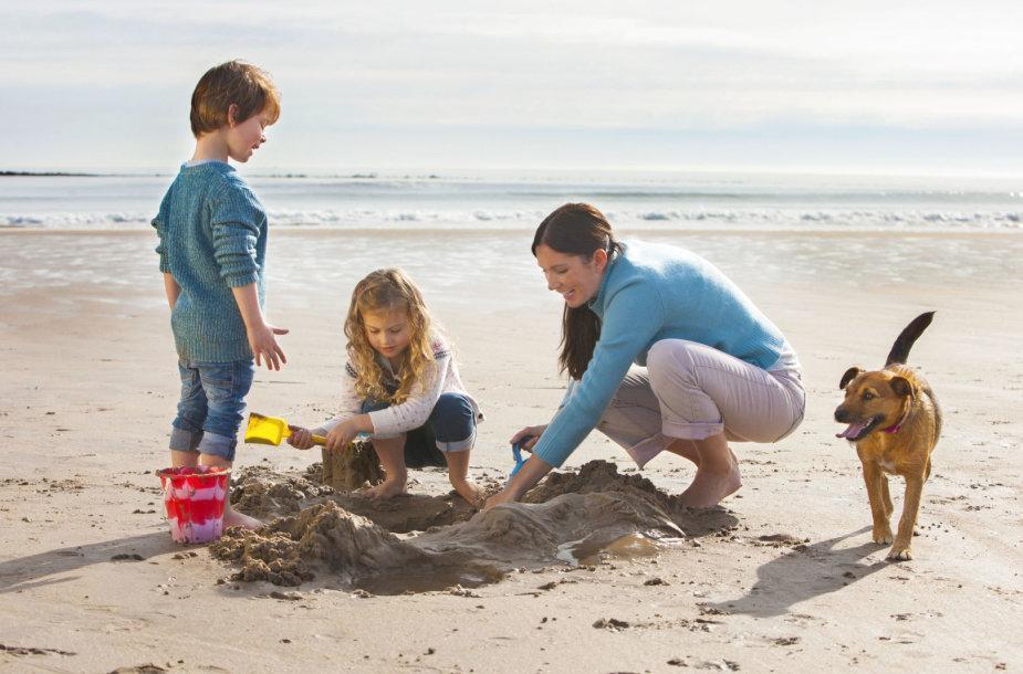 Šeima su augintiniu paplūdimyje