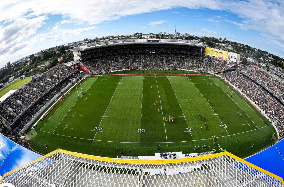"""Oklande per Naujosios Zelandijos ir Australijos regbio rungtynes į """"Eden Park"""" stadioną susirinko 46 tūkst. sirgalių."""