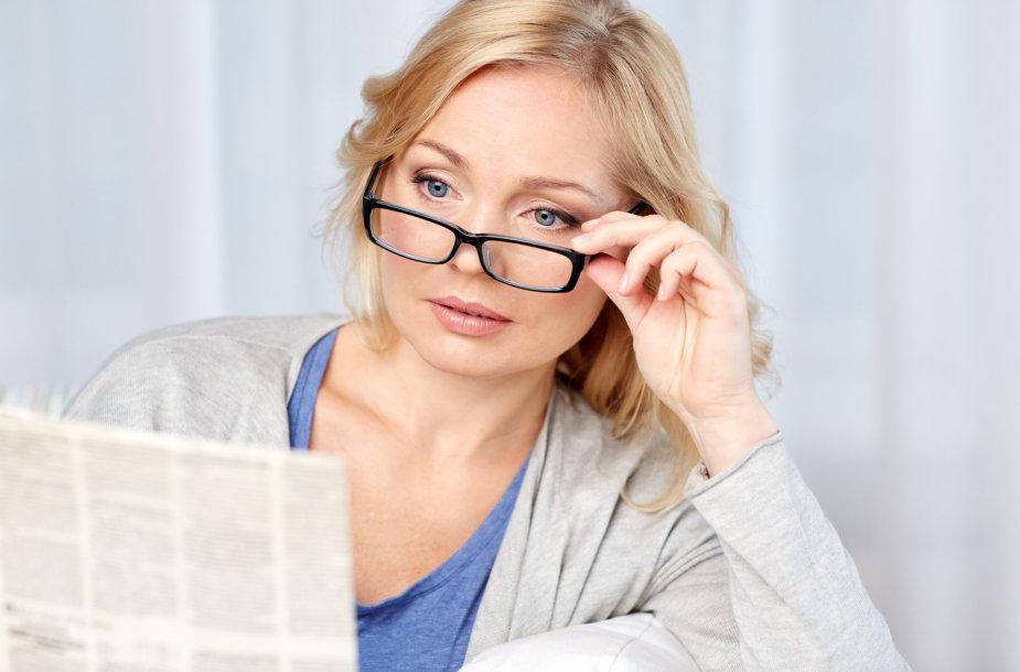 Moteris skaito laikraštį.