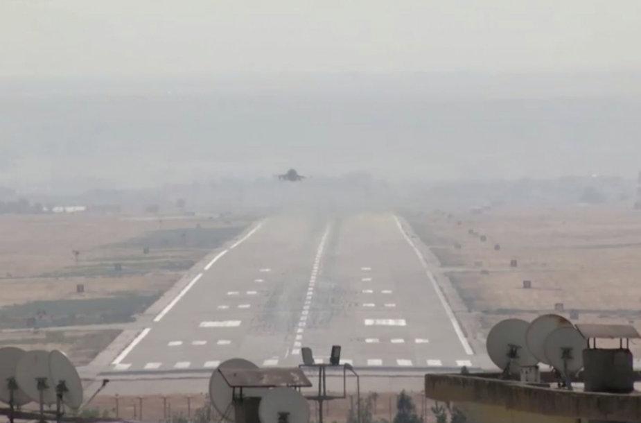 Turkijos lėktuvas kyla iš karinės bazės šalies pietryčiuose